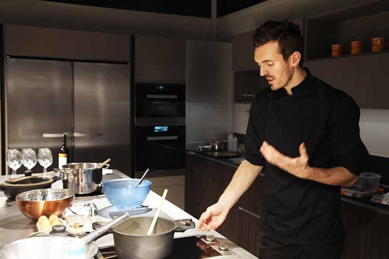 Chef Maxime prépare un plat dans une cuisine